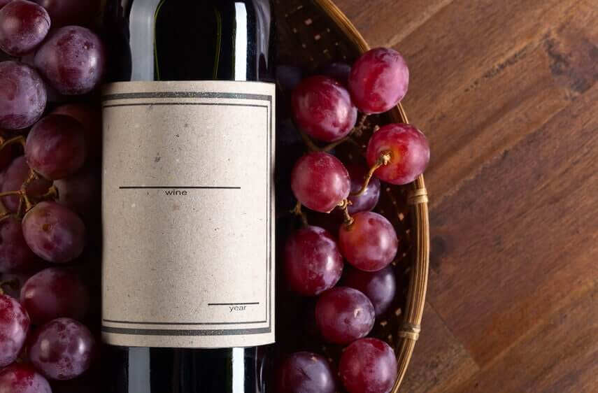 Rotweinflasche und Trauben