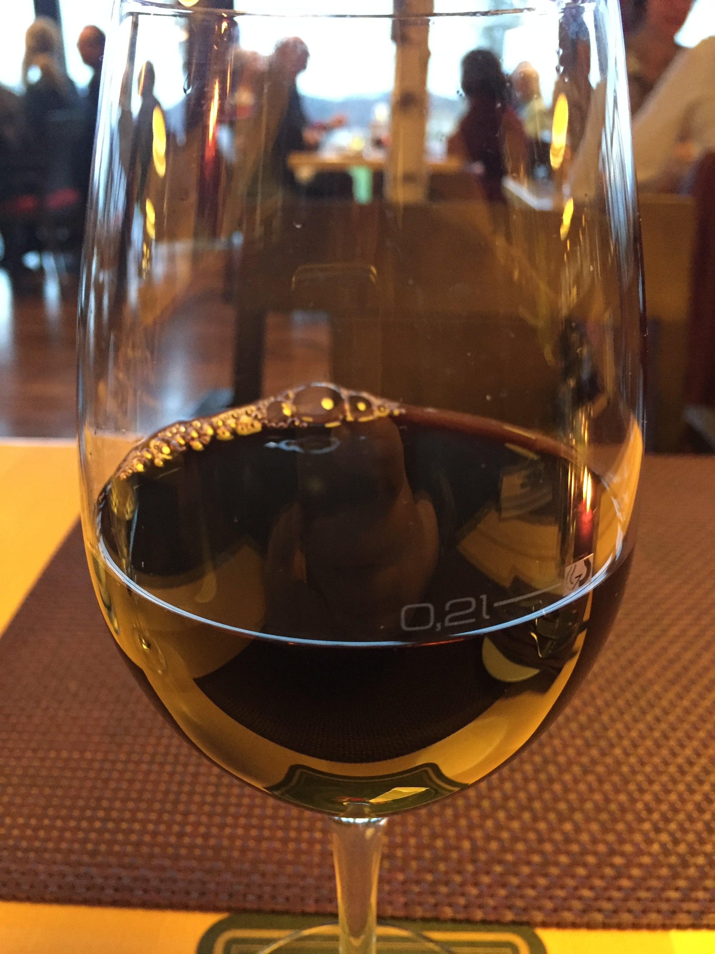 Rotwein im Rotweinglas im Restaurent