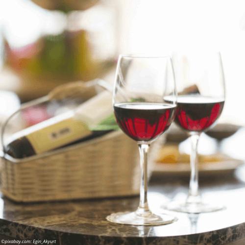 Zwei mit Rotwein gefüllte Gläser